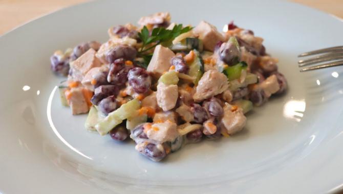 Сочный и вкусный салат с куриной грудкой и консервированной фасолью  - Видео-рецепт