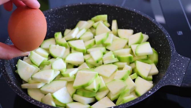 Запеканка из кабачков на сковороде - Видео-рецепт