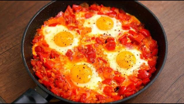 Очень вкусный завтрак из яиц и овощей - Видео-рецепт